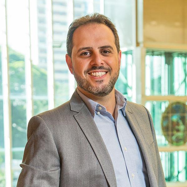Ricardo Stucchi - Mais de 20 anos de atuação na área de TI. Trabalha intensamente para dar respostas a problemas complexos dos clientes.